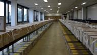 Viel Holz: In den oberen Pappboxen lagern die Stimmzettel zur Landtagswahl für alle 373 Wahlbezirke, in den unteren Boxen die für die Volksabstimmungen.