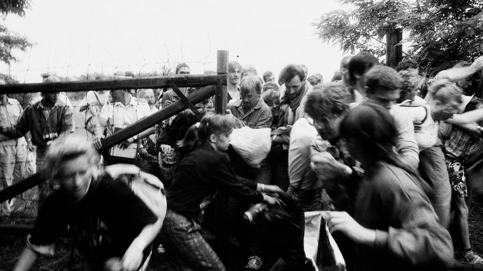 Der Ausreisedruck war enorm: Als sich die Zäune für das Paneuropäische Picknick kurz öffneten, stürmten DDR-Bürger in Massen gen Westen.