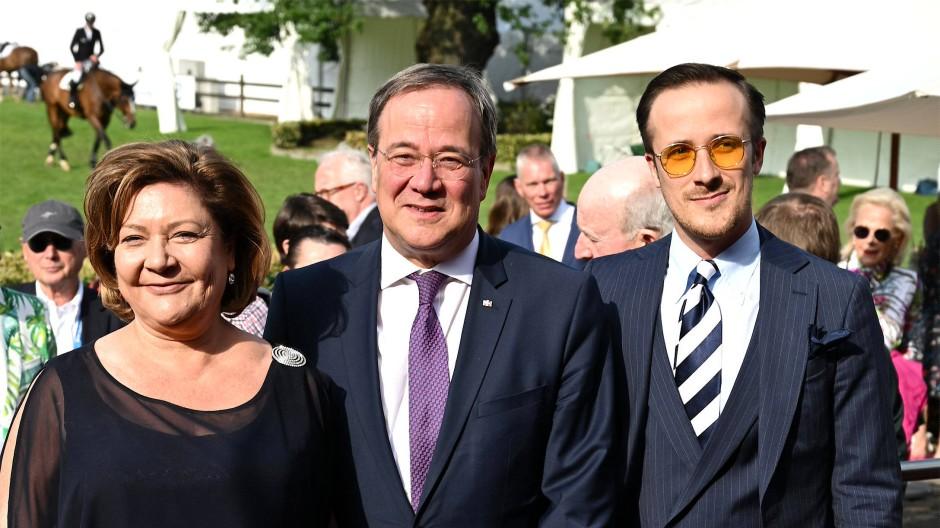 NRW-Ministerpräsident Armin Laschet (CDU, Mitte) mit seiner Frau und seinem Sohn Johannes