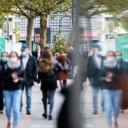 Passanten mit Mund- und Nasenschutz in Berlins Tauentzienstraße