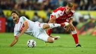 Harte Landung: Kölns Hector (l.) hat nach einem Foul von Unions Prömel Schmerzen.