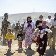 Zehntausende kurdische Syrer fliehen über die Grenze in die Türkei.