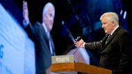Der CSU-Vorsitzende Horst Seehofer - groß inszeniert: Ganz klein ist die Partei, wenn er nicht spricht.