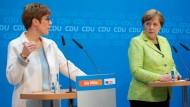 Deutliche Worte der Kritik am CDU-Wahlkampf: die saarländische Ministerpräsidentin Annegret Kramp-Karrenbauer Ende März in Berlin mit Kanzlerin Merkel