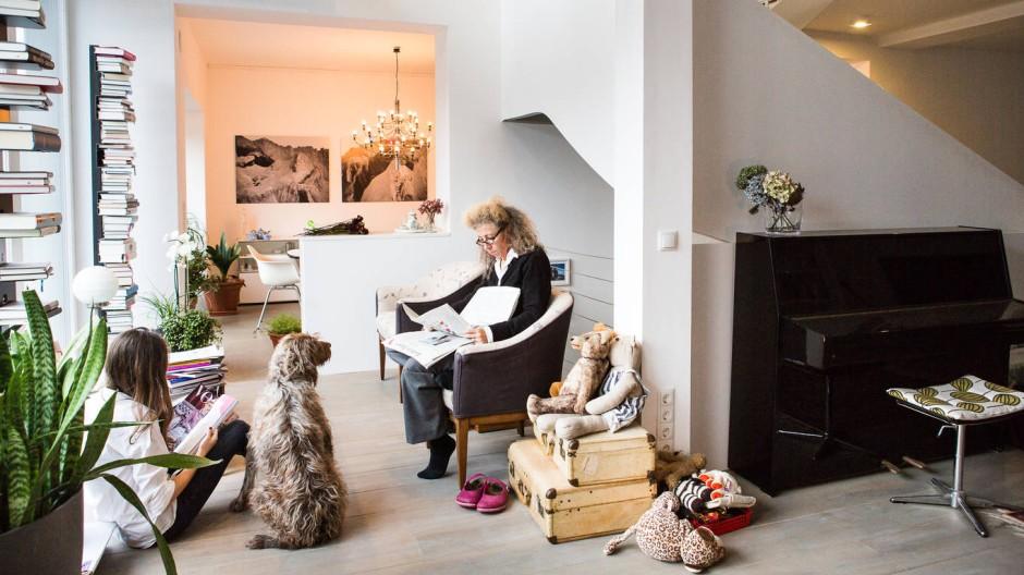 Bauherrin Sybille Feucht, Hund Finn und Tochter Marcia in der Sitzecke am Fenster zum Hof