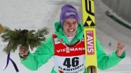 Deutschlands Andreas Wellinger jubelt im Ziel über seinen zweiten Platz.