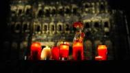 Trauernde haben Kerzen vor der Porta Nigra - dem Wahrzeichen der Stadt Trier - aufgestellt