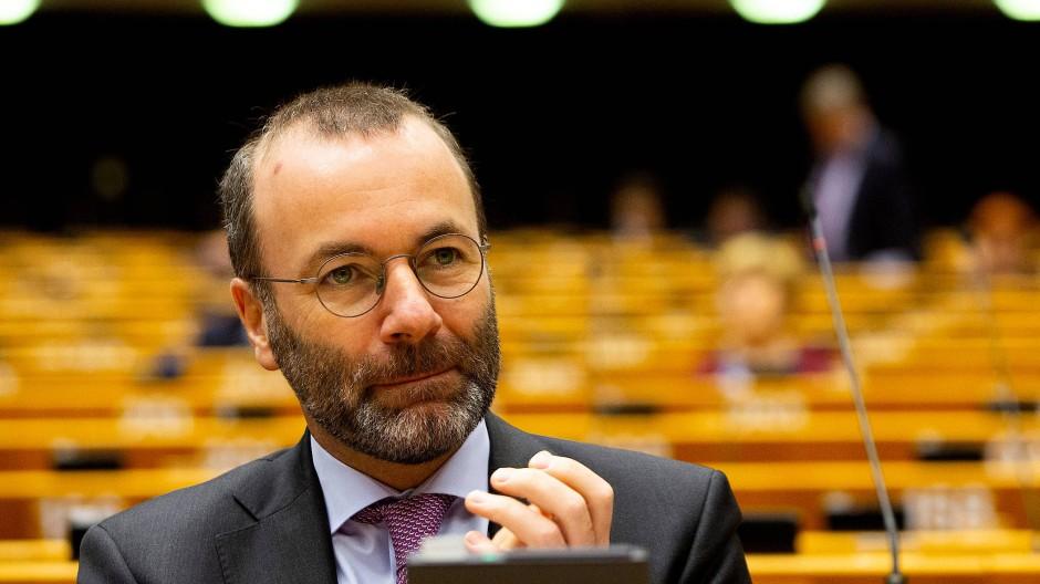 Der deutsche Europaabgeordnete Manfred Weber nimmt an einer Sitzung im Plenarsaal des Europäischen Parlaments teil.