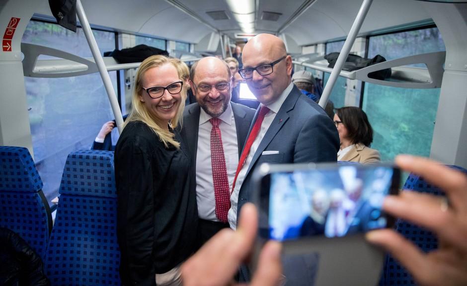 Nicht die beste Referenz: Martin Schulz im Wahlkampf in Schleswig-Holstein mit Torsten Albig in einem Regio-Zug zwischen Kiel und Lübeck