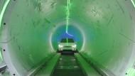 Aller Anfang ist langsam: Der Tesla Model X auf seiner Testfahrt durch den Versuchstunnel