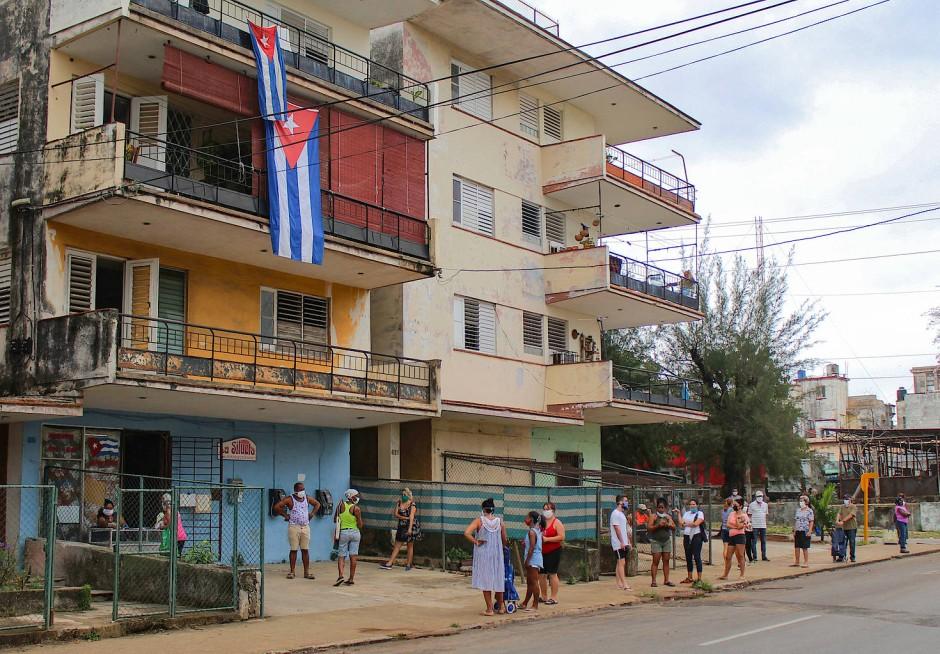 Warteschlange mit Abstand: Vor den Lebensmittelläden des Landes warten die Kubaner auf Nahrungsmittel.