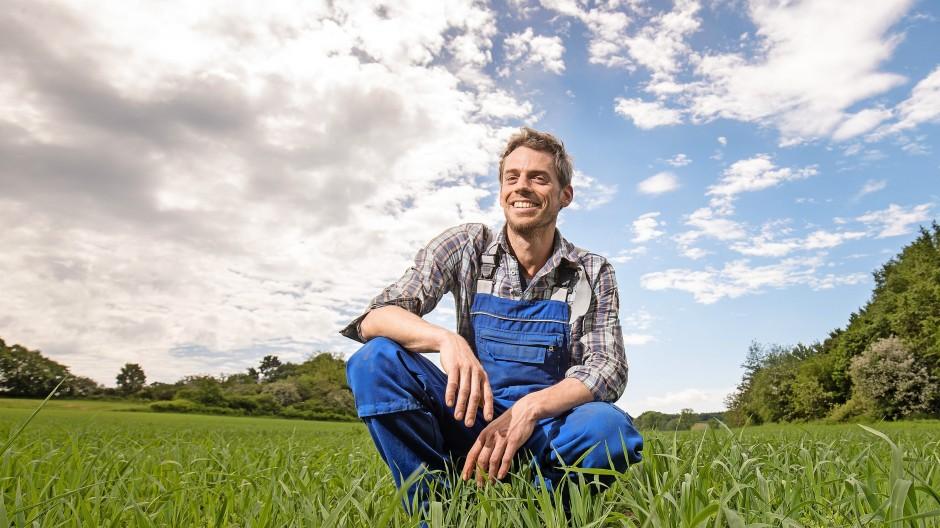 In diesem Jahr sieht die Umgebung seines Betriebes nicht nach Klimawandel aus, aber er ist dafür gerüstet:  Moritz Schäfer auf einem Feld mit grünen Linsen