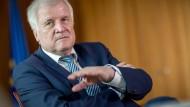 Ist er zu sehr auf die SPD zugegangen? Innenminister Seehofer steht in der Union in der Kritik.
