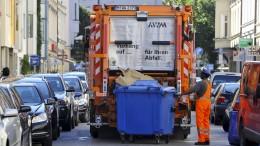 Obdachloser in Müllwagen gekippt und schwer verletzt