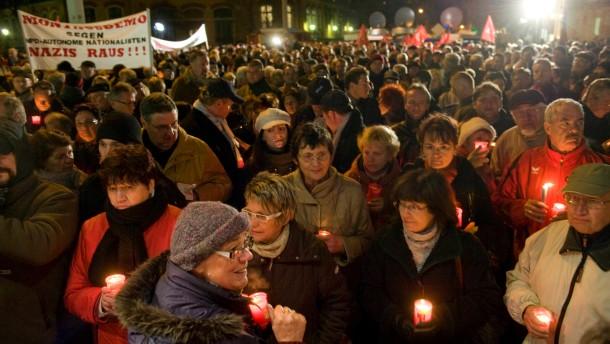 """Mahnwache gegen rechte Gewalt -  Die Stadt Zwickau und der DGB organisieren eine Mahnwache für die Opfer der nationalsozialistischen Terrorzelle """"NSU"""", die jahrelang von Zwickau aus operiert hat"""