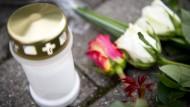 Die Trauerzeit soll heutzutage genauso schnell vergehen wie die Haltbarkeit von Grablicht und Blumen.