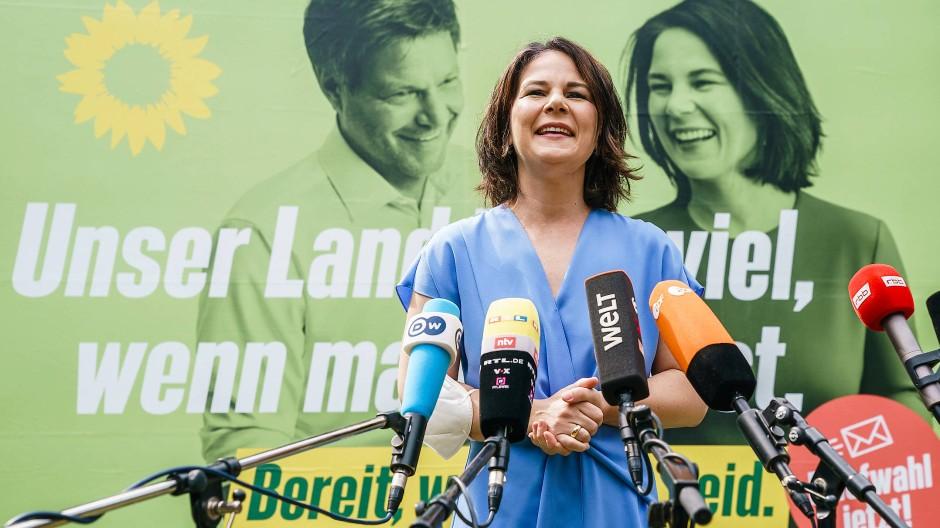 Eine Kandidatin, die viel zu sagen hatte und sich im Schriftlichen klüger hätte ausdrücken können: Annalena Baerbock in Michendorf am 26. Juli 2021.