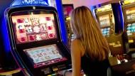 Spielautomaten bergen im Vergleich zu allem anderen – zu Poker, Lotto oder Sportwetten – das höchste Risiko, abhängig zu werden.