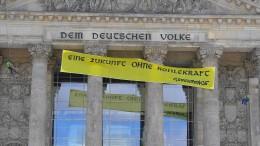 Greenpeace protestiert auf Reichstag gegen späten Kohleausstieg