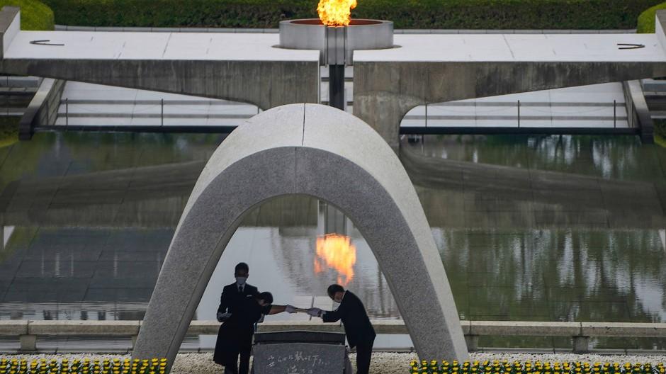 Hiroshimas Bürgermeister Kazumi Matsui (rechts) bei einer Gedenkzeremonie für die Opfer der Atombombe.