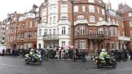 Dutzende Journalisten haben sich vor der ecuadorianischen Botschaft versammelt, um Assanges Statement zu sehen.