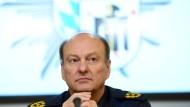 Münchens Polizeipräsident Hubertus Andrä klärt bei einer Pressekonferenz über die Hintergründe der Messerattacke auf.