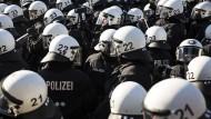 Schwer identifizierbar: Polizisten beim G20-Gipfel in Hamburg 2017
