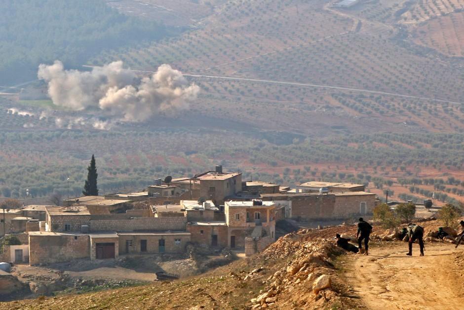 Mit Artillerie-Feuer ebnen sich von der Türkei unterstütze Rebellen ihren Weg in Richtung Afrin.