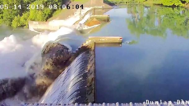Gigantische Wasserströmung bricht Damm