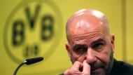 Peter Bosz, der angezählte Trainer von Borussia Dortmund, während der Pressekonferenz nach dem Spiel am Samstag.