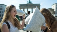 Pillow Fight Day: Riesige Kissenschlacht in Berlin