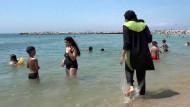 Burkini-Trägerin am Strand von Marseille