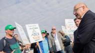 Peter Altmaier (CDU), Bundeswirtschaftsminister, unterhält sich mit demonstrierenden Bauern in Nordrhein-Westfalen, wo er im Rahmen einer Netzausbaureise unterwegs ist.