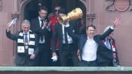 Da freut sich jemand: Niko Kovac mit dem Pokal in der Hand vor den Fans am Frankfurter Römer