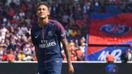 An seinem Wechsel entbrannte die Debatte: Neymar Jr. im Trikot seines neuen Klubs Paris Saint-Germain.