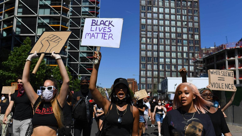 Wütender Protest in London:  In der britischen Hauptstadt  ist es am Sonntag zu teilweise großen Demonstrationen wegen des gewaltsamen Tods des Afroamerikaners George Floyd gekommen.