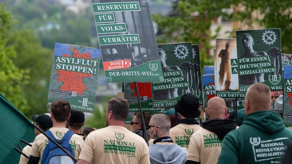 Teilnehmer eines rechten Aufmarsches der Partei Der dritte Weg am 1. Mai in Plauen.