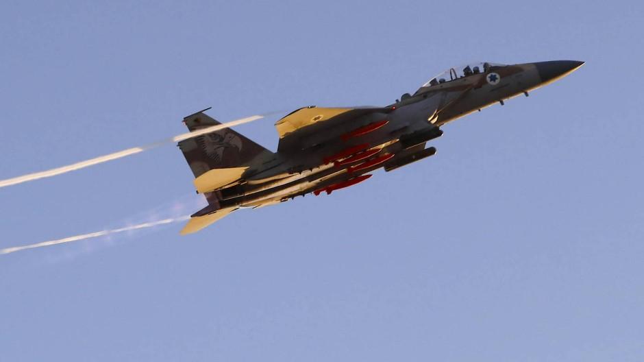 Eine F-15 der israelischen Luftwaffe während einer Flugshow über der Hatzerim-Militärbasis (Symbolbild)