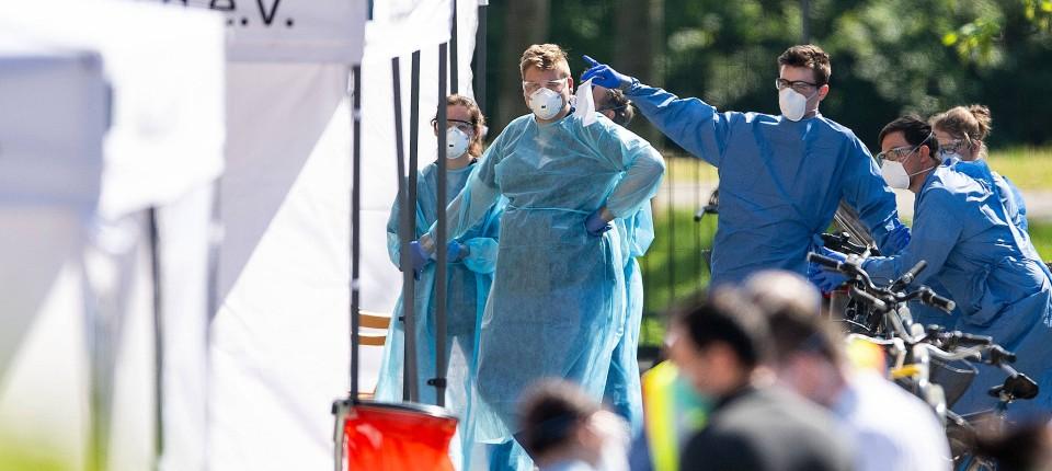 Mitarbeiter von Gesundheitsamt und dem Deutschen Roten Kreuz warten am Sonntag in Grevenbroich darauf, Corona-Tests durchzuführen