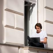 Julius hat sein Homeoffice auf die sonnige Fensterbank seiner Wohnung im Stadtteil Kreuzberg verlegt.