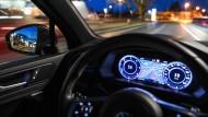Ein Auto fährt auf einer geplanten Teststrecke für automatisiertes Fahren im Friedrichshafener Stadtverkehr.