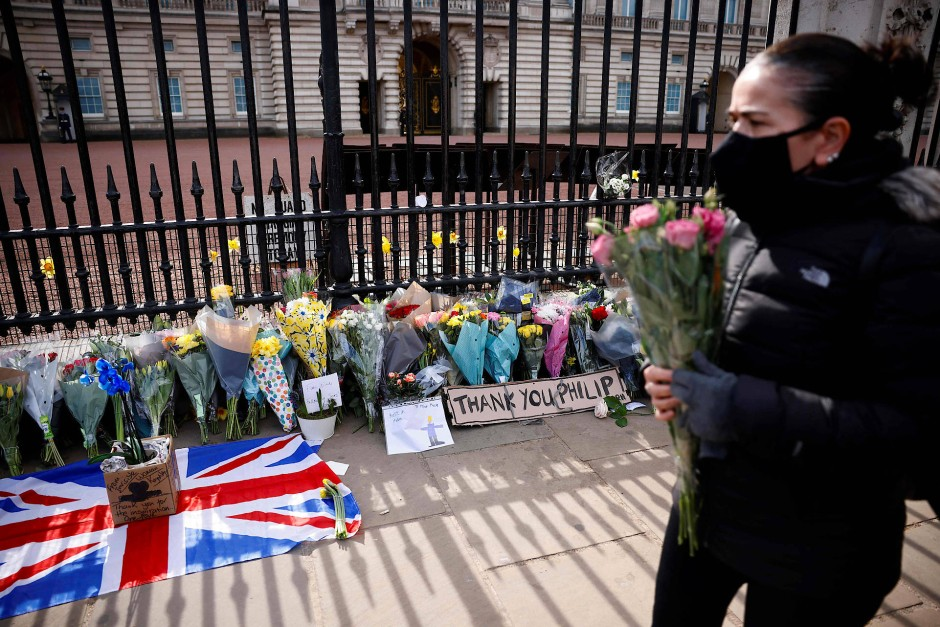 Trauer in Schottland: Vor dem Palast Holyroodhouse in Edinburgh wurden Blumen abgelegt.