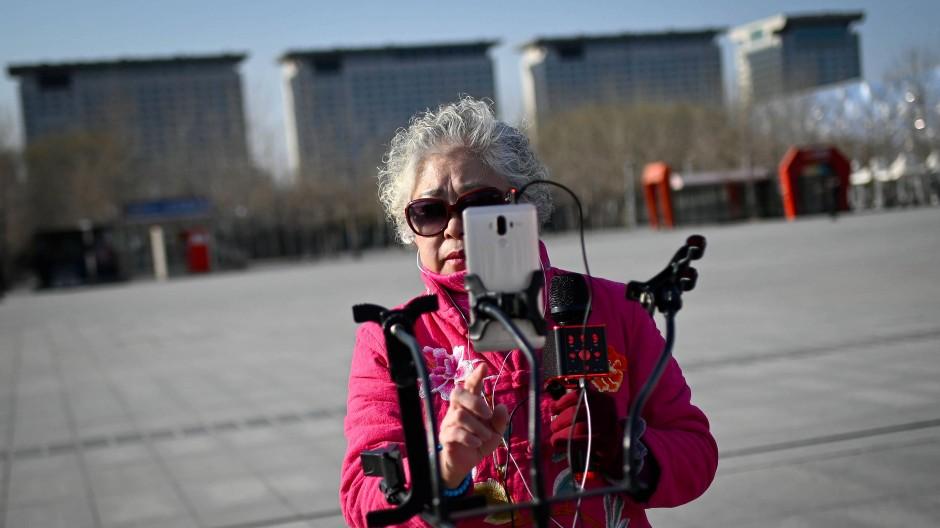 Will sich über Social-Media-Kanäle in China einen Namen machen: die Seniorin Wang Jinxiang bei einer Aufnahme in Peking.