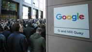 Google-Mitarbeiter stehen vor der Europazentrale in Dublin.