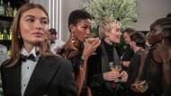 Im Club ist die Stimmung noch beim Alten: Vier Models belohnen sich mit einem Cocktail.
