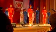 Zu Ehren der Veteranen: Schlossberg (links) sieht sich einen Tanz junger Mädchen in Russlands Landesfarben an.