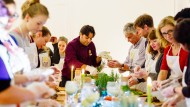 Zwölf Gäste hören auf einen Koch: Ahmed erklärt wissenshungrigen Berlinern, wie man in Ägypten kocht.