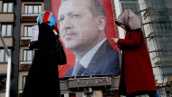 Transparent mit dem Gesicht des türkischen Präsidenten in Istanbul