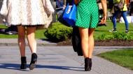 Zwei Frauen, die in Edinburgh in Röcken unterwegs sind. In Großbritannien ist das sogenannte Upskirting mittlerweile verboten (Archivbild).