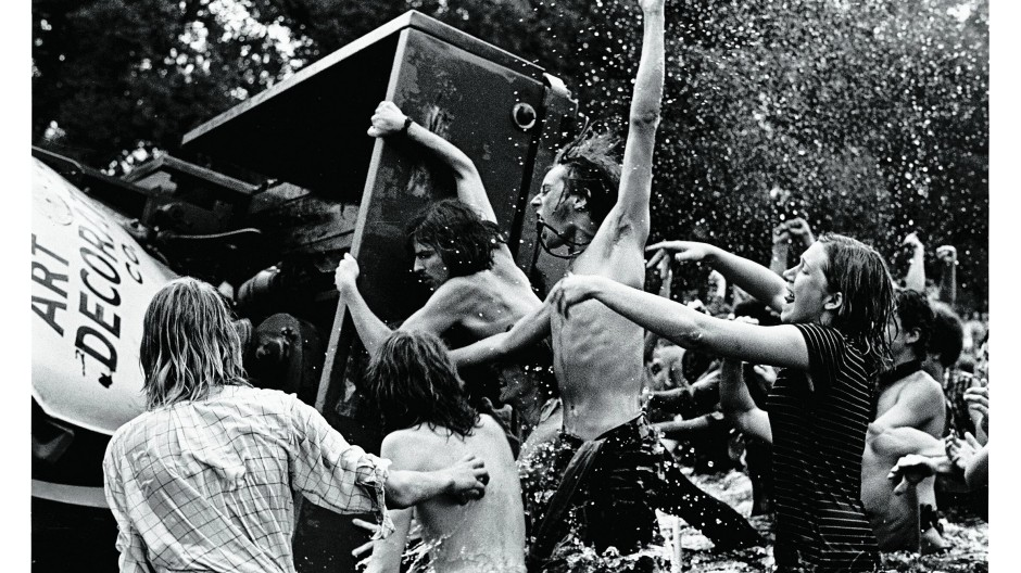 """Marihuana-Aktivisten im Reflecting Pool, dem Teich vor dem Lincoln Memorial in Washington, am 4. Juli 1970.  Aus Protest  gegen das offizielle Programm zum Nationalfeiertag haben sie ein """"Smoke-in"""" veranstaltet und einen Anhänger ins Wasser gekippt."""